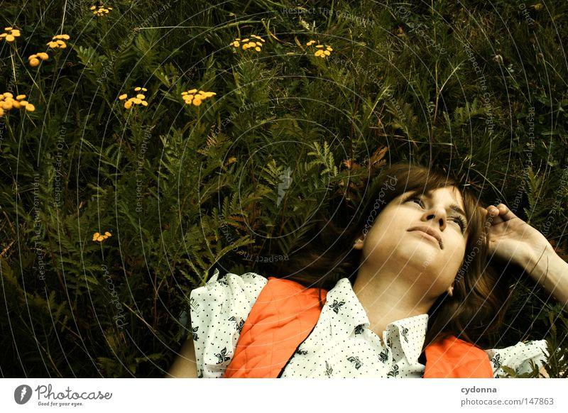 Träumen Frau Mensch schön Pflanze Einsamkeit Ferne Wiese Leben Gefühle Gras Stil träumen Stimmung Mode Zeit liegen