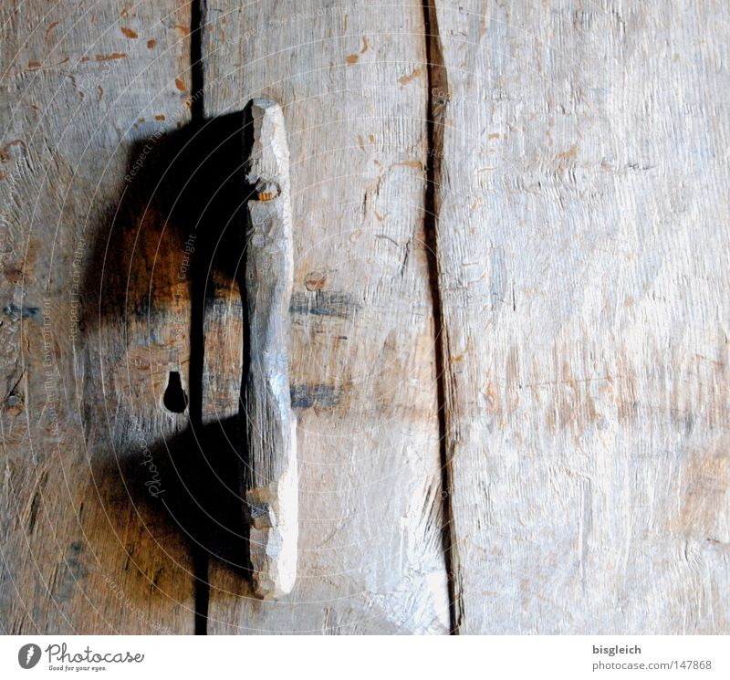 Holztür Farbfoto Außenaufnahme Detailaufnahme Menschenleer Textfreiraum rechts Tür alt braun Vergänglichkeit Griff Türschloss geschlossen verfallen Tag