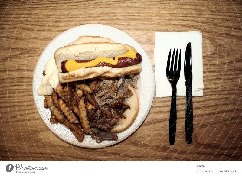 Mein täglich Brot Fastfood Amerika Geschwindigkeit Fett Pommes frites Gabel Serviette Tisch Holz Ketchup heiß Besteck Brötchen Teller america USA Ernährung Ekel