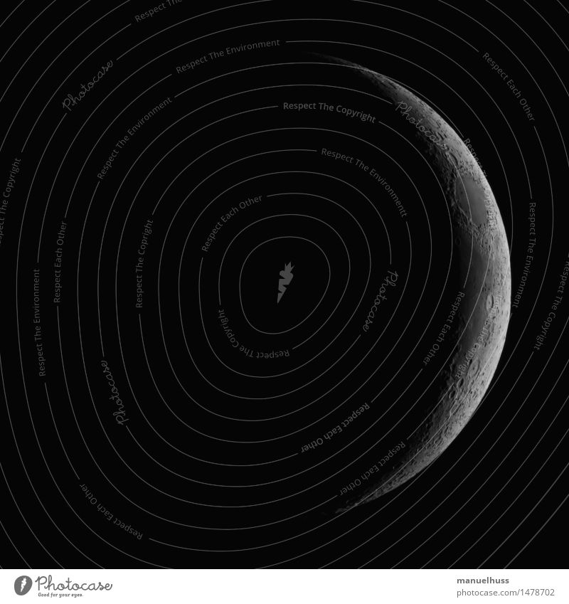 Neumond Nachthimmel Mond dünn groß schwarz weiß Wissenschaften Raumfahrt Mondlandschaft dunkel Teleskop Zoomeffekt Detailaufnahme Weltall Vulkankrater