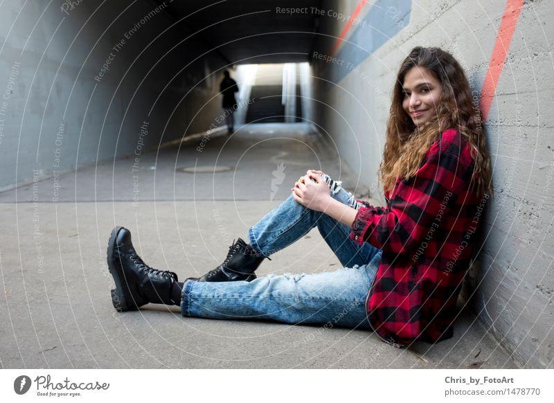 chris_by_fotoart Mensch Frau Jugendliche schön Junge Frau Freude Erwachsene Wand feminin Mauer Glück Freundschaft Treppe 13-18 Jahre authentisch sitzen