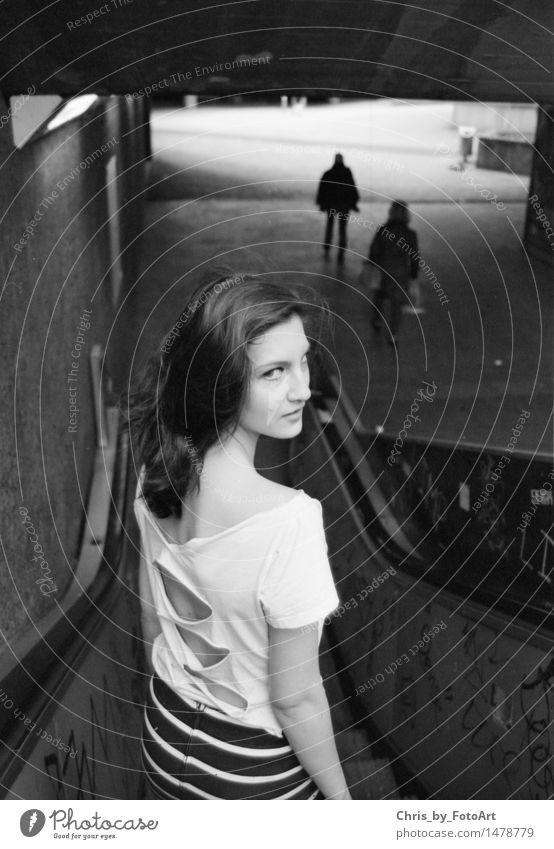 chris_by_fotoart Lifestyle feminin Junge Frau Jugendliche Erwachsene 1 Mensch 13-18 Jahre Unterführung Rolltreppe T-Shirt Rock brünett langhaarig Graffiti Blick