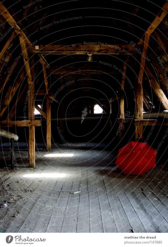 VERGESSEN Sonnenschirm Regenschirm Schirm rot Dinge Wetter nass Physik feucht vergessen Dach Dachboden Bodenbelag Strebe Balken Dachgebälk Holzbrett Flur