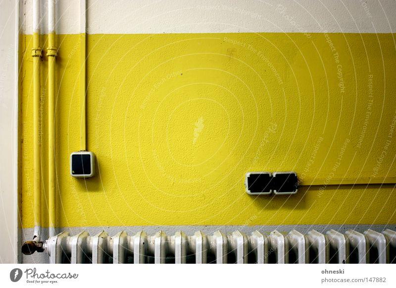 Stromlinien Lichtschalter Eisenrohr Röhren Heizkörper Elektrizität Elektrisches Gerät Schalter Heizung Wand Leitung weiß gelb Farbe angemalt Linie graphisch