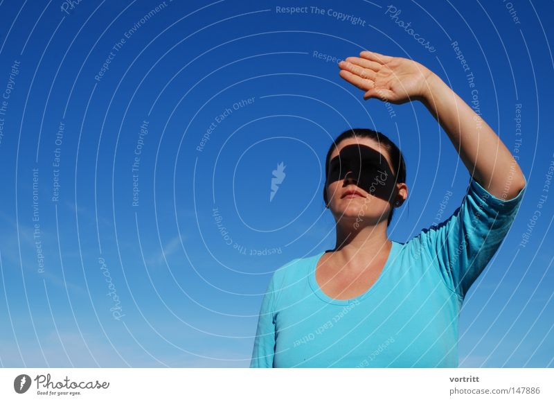 geblendet Frau Mensch Himmel blau Hand Wolken schwarz Gesicht Herbst dunkel Kunst Arme Finger Körperhaltung Lippen Maske