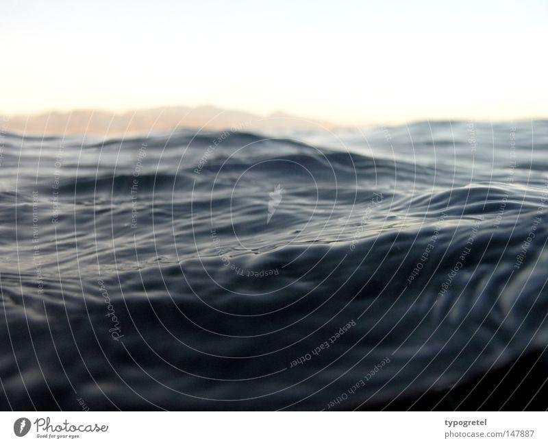 schwarze Wasser Ferien & Urlaub & Reisen Meer ruhig Landschaft Ferne dunkel Berge u. Gebirge Traurigkeit Wellen nass Unendlichkeit geheimnisvoll tauchen tief