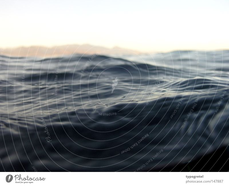 schwarze Wasser Wasser Ferien & Urlaub & Reisen Meer ruhig schwarz Landschaft Ferne dunkel Berge u. Gebirge Traurigkeit Wellen nass Unendlichkeit geheimnisvoll tauchen tief