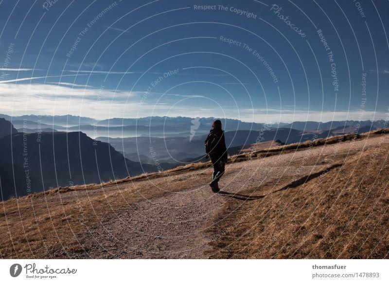 auf dem Weg Mensch Frau Himmel Ferien & Urlaub & Reisen Sonne ruhig Ferne Berge u. Gebirge Erwachsene Wege & Pfade Bewegung feminin Freiheit Felsen Horizont