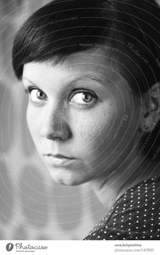 fräknar Junge Frau Jugendliche Erwachsene Auge Nase Mund beobachten Sommersprossen gepunktet Punkt Schulter Schwarzweißfoto Porträt Blick Blick in die Kamera