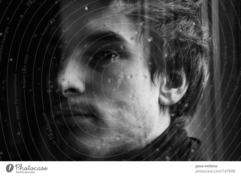 jeden tag ein bisschen mehr... Mensch Schwarzweißfoto hell dunkel Regen Fenster Fensterscheibe Gesicht Porträt Blick Denken ruhig Einsamkeit Gedanke Seite schön