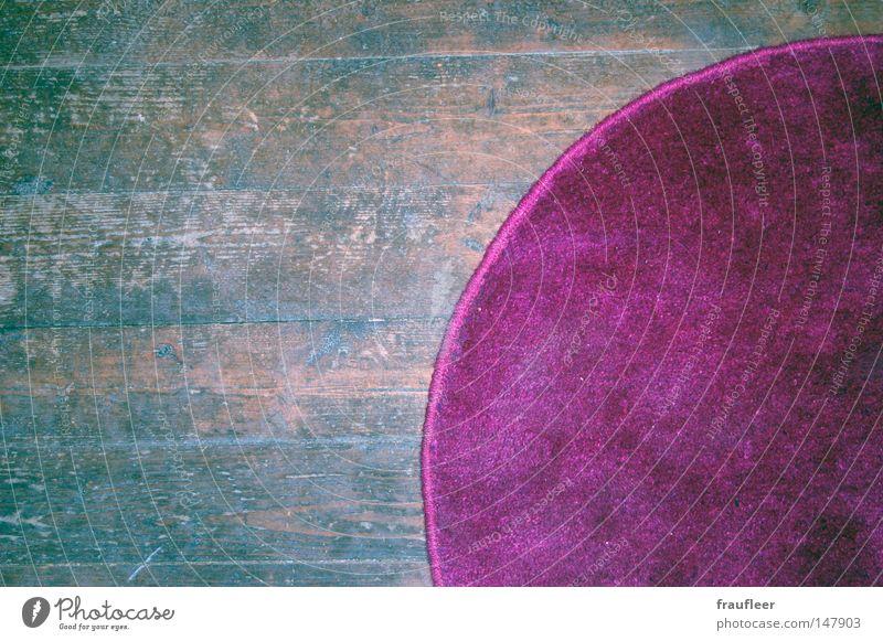 lila Teppich Holzfußboden Parkett Laminat braun dunkel grau Bodenbelag kaputt dreckig Kratzer Dachboden Innenaufnahme mehrfarbig violett rund Fröhlichkeit unten