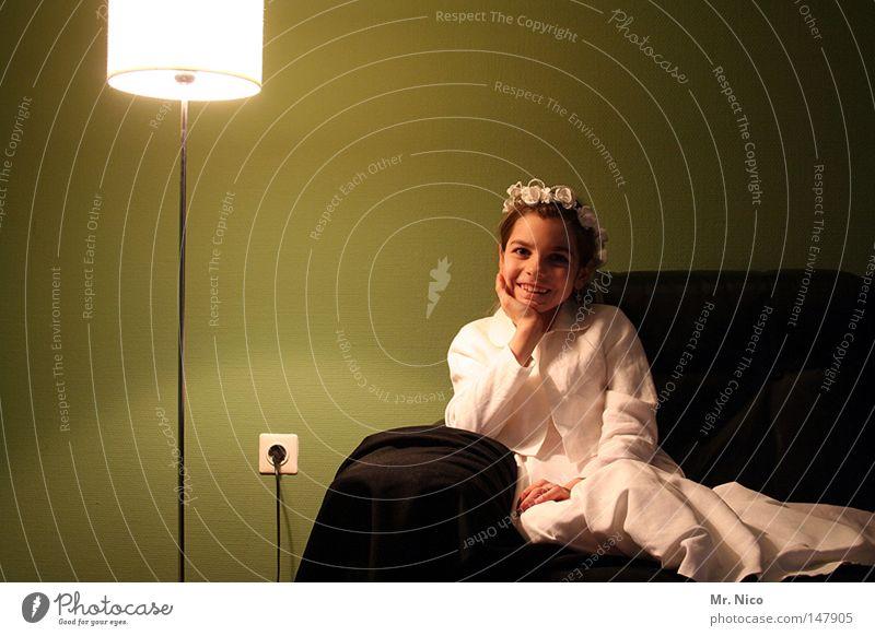 kommunion*S*hooting Mensch Kind Mädchen weiß grün Freude schwarz Lampe Glück lachen Wärme hell Stimmung Deutschland Wohnung Hintergrundbild