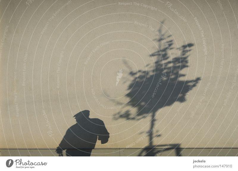 ZIEH Mann Baum Winter Senior Blatt kalt dunkel Wand Herbst grau Erwachsene Vergänglichkeit Hut Mütze Comic hässlich