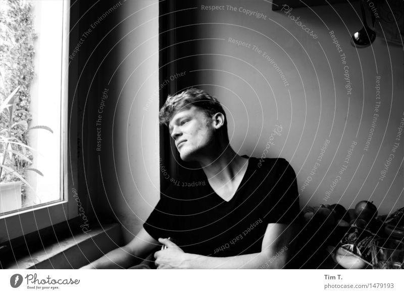 Junge am Fenster Mensch maskulin Junger Mann Jugendliche Leben 1 18-30 Jahre Erwachsene Gefühle träumen Einsamkeit Schwarzweißfoto Innenaufnahme Tag Halbprofil