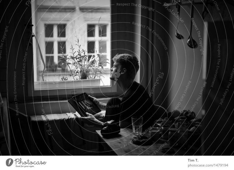Sohn Mensch Jugendliche Mann Stadt Junger Mann 18-30 Jahre Fenster Erwachsene Leben Berlin Familie & Verwandtschaft Kopf maskulin Häusliches Leben Zukunft Küche