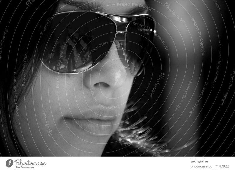 Im Dunkeln Frau Gesicht Porträt Brille Sonnenbrille Reflexion & Spiegelung Lippen Mund Schwarzweißfoto ruhig Gelassenheit warten schön Jugendliche
