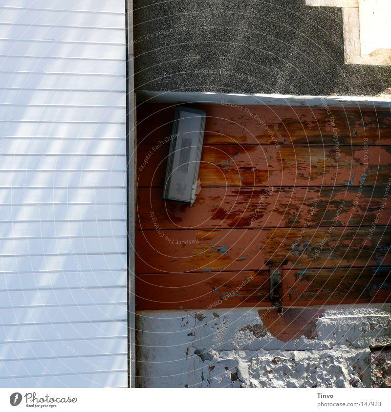 Rechtecke geschlossen alt Anstrich anthrazit braun eckig Eingang gefangen Farben und Lacke frisch Glätte graphisch grau hell-blau Holzwand Mauer Oberfläche Putz