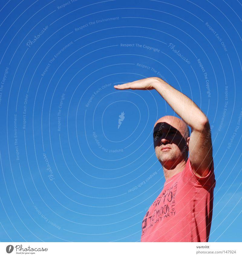 geblendet II Mensch Mann Lippen Gesicht Hand Finger Porträt Maske dunkel schwarz blau Himmel Herbst gestikulieren Körperhaltung türkis blenden Schutz zudecken