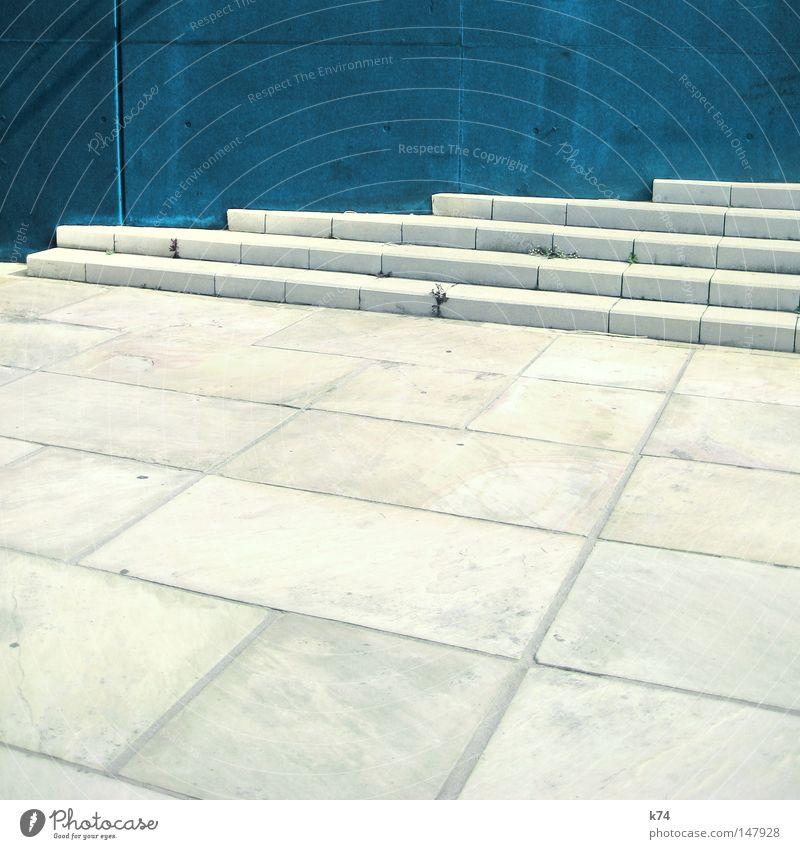 blue wall & stairs Treppe Wand blau aufsteigen hoch aufwärts gehen Linie Geometrie Stadt Platz leer kalt karg Architektur