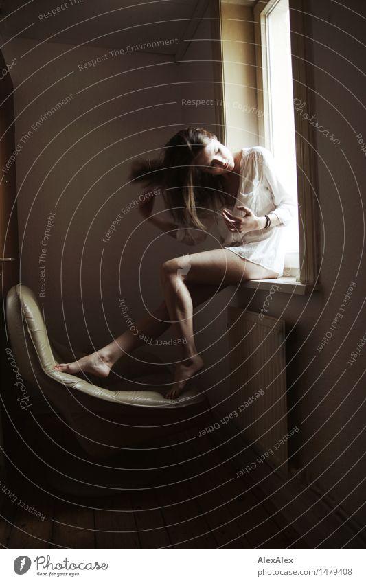 retro schön Sinnesorgane Erholung Sessel Raum Junge Frau Jugendliche Haare & Frisuren Beine 18-30 Jahre Erwachsene Bluse Barfuß brünett langhaarig Fenster