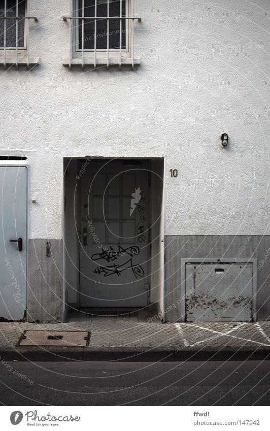 Kehrseite Wand Hinterhof Seitenstraße Rückseite Gebäude Fenster Gitter Tür Eingang Mauer Putz alt schäbig dreckig schädlich Graffiti Asphalt Gegenteil