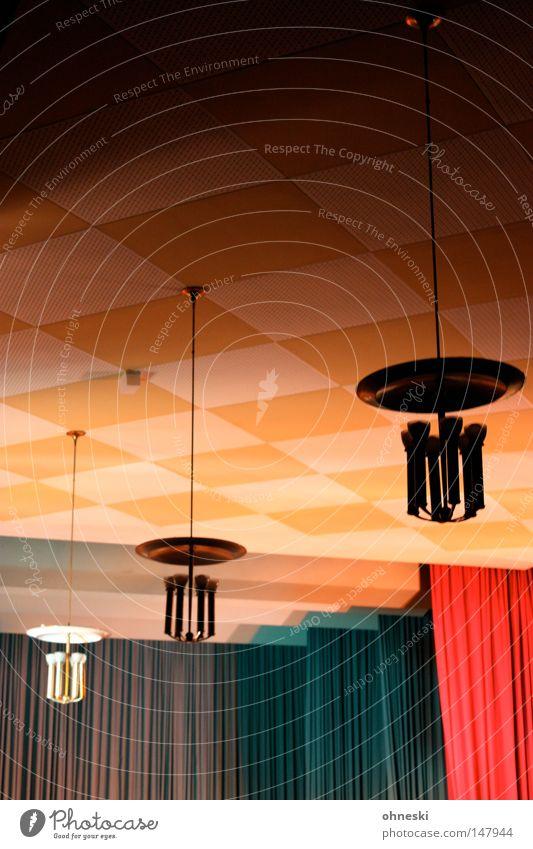 Aula Lampe Decke kariert Vorhang Bühne Inszenierung Quadrat blau rot gelb Licht dunkel hell alt Publikum Nervosität Leuchter Hängelampe Bildung historisch