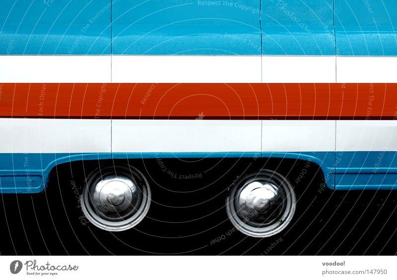 Olga hatte sich den zugesagten Au-pair-Job als Bus weiß blau rot Autoreifen Karosserie Detailaufnahme Bildausschnitt Anschnitt mehrfarbig lackiert Autolack