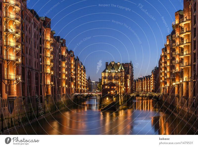 Wasserschloss Hamburg Speicherstadt Deutschland Europa Stadt Hafenstadt Stadtzentrum Altstadt Menschenleer Haus Brücke Turm Tor Bauwerk Architektur Schloss