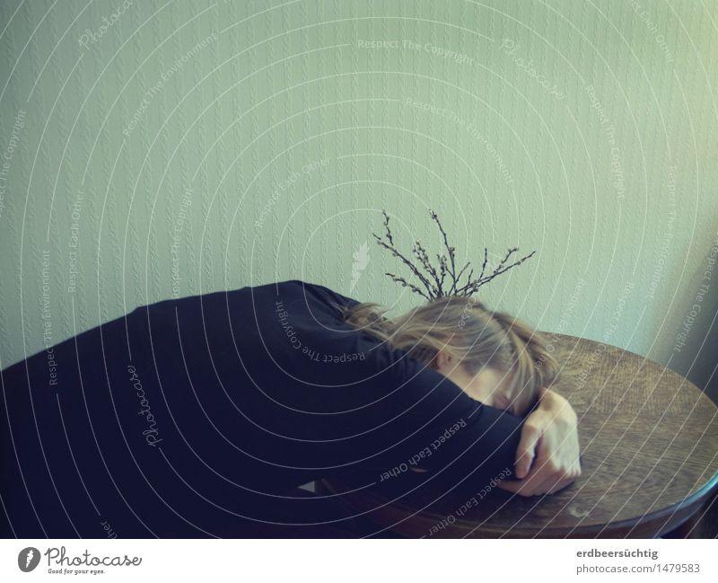 verzweigt Ruhestand Mensch Frau Erwachsene Haare & Frisuren Rücken Kunstwerk liegen schlafen Freiheit Natur Pause Dekoration & Verzierung Müdigkeit Zweig Tisch