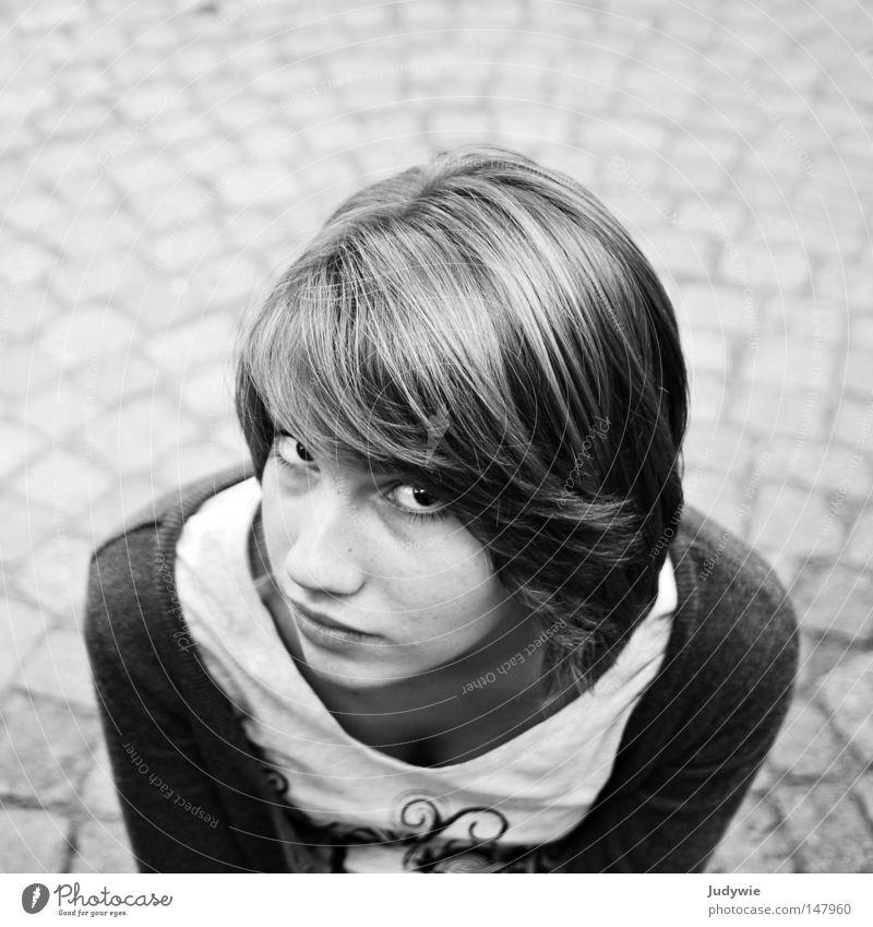 Ein wenig misstrauisch ... Misstrauen Frau schön schwarz weiß Schwarzweißfoto zart dunkel Haare & Frisuren Auge Mund Nase T-Shirt Wachsamkeit Vorsicht Angst