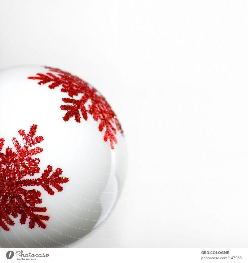 Weihnachten kommt immer so plötzlich... Winter Dekoration & Verzierung Glas Kugel glänzend hell Kitsch modern rund rot weiß kalt Christbaumkugel Baumschmuck