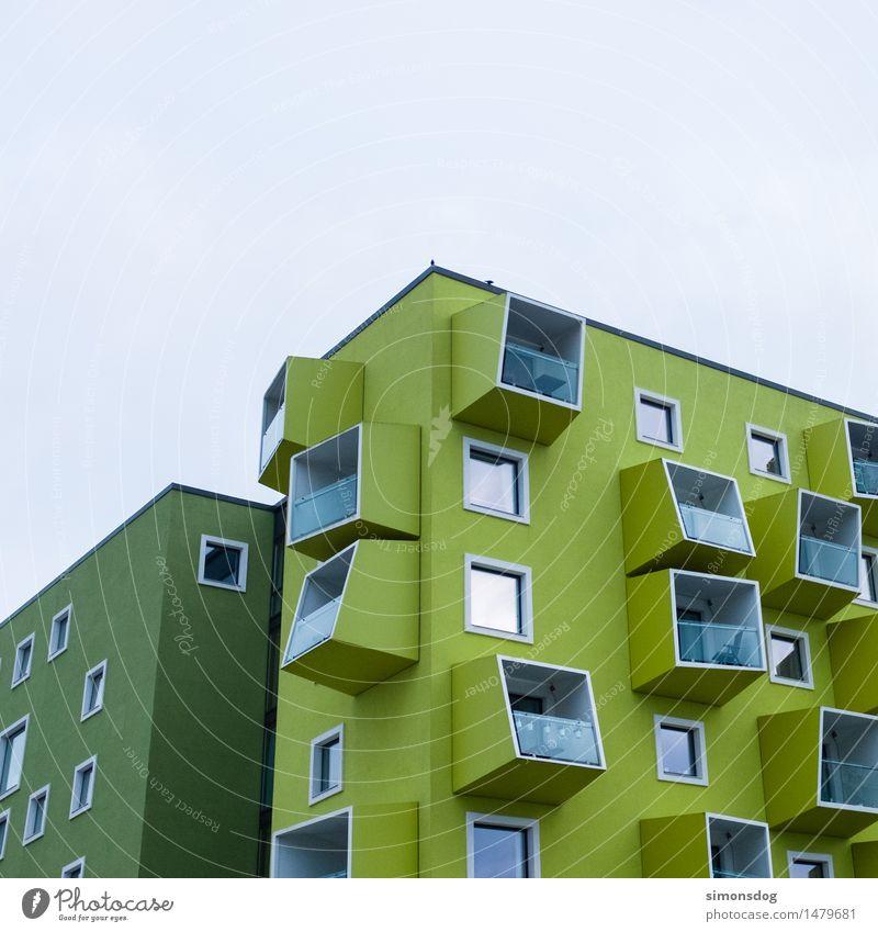 Kubus Haus Gebäude Architektur Fassade Bewegung einzigartig Design Kopenhagen grün Würfel minimalistisch Balkon herausragen Strukturen & Formen Mehrfamilienhaus
