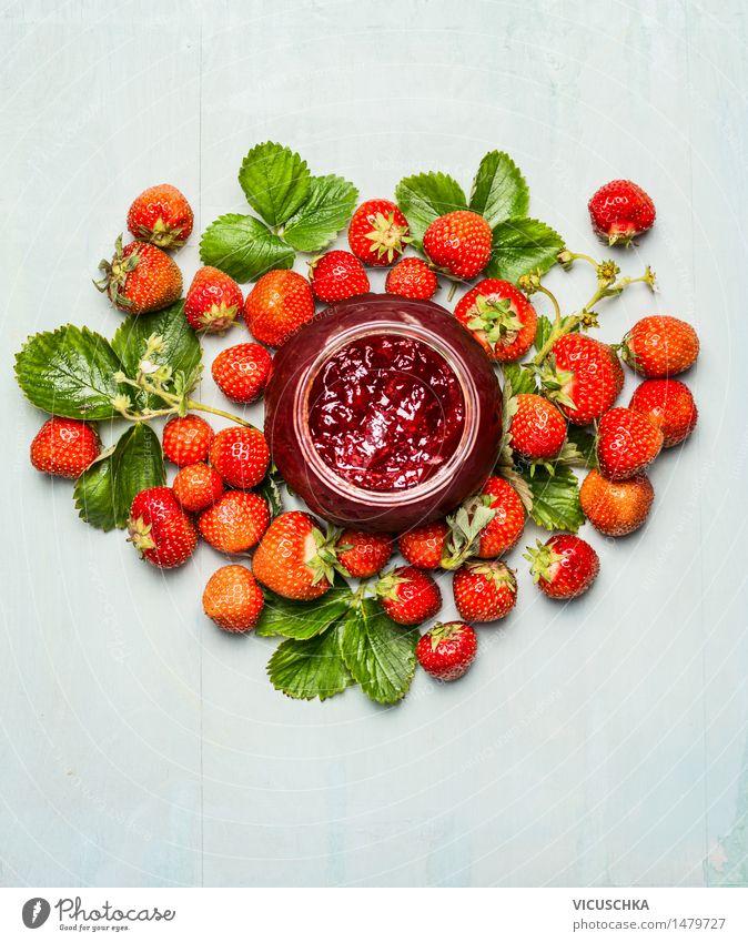 Erdbeeren Marmeladenglas mit frischen Beeren Natur Sommer Gesunde Ernährung Leben Essen Foodfotografie Stil Garten Lebensmittel Frucht Design Glas Tisch Getränk
