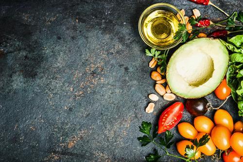 Frische Zutaten für Salat oder Dip Lebensmittel Gemüse Salatbeilage Kräuter & Gewürze Öl Ernährung Festessen Bioprodukte Vegetarische Ernährung Diät