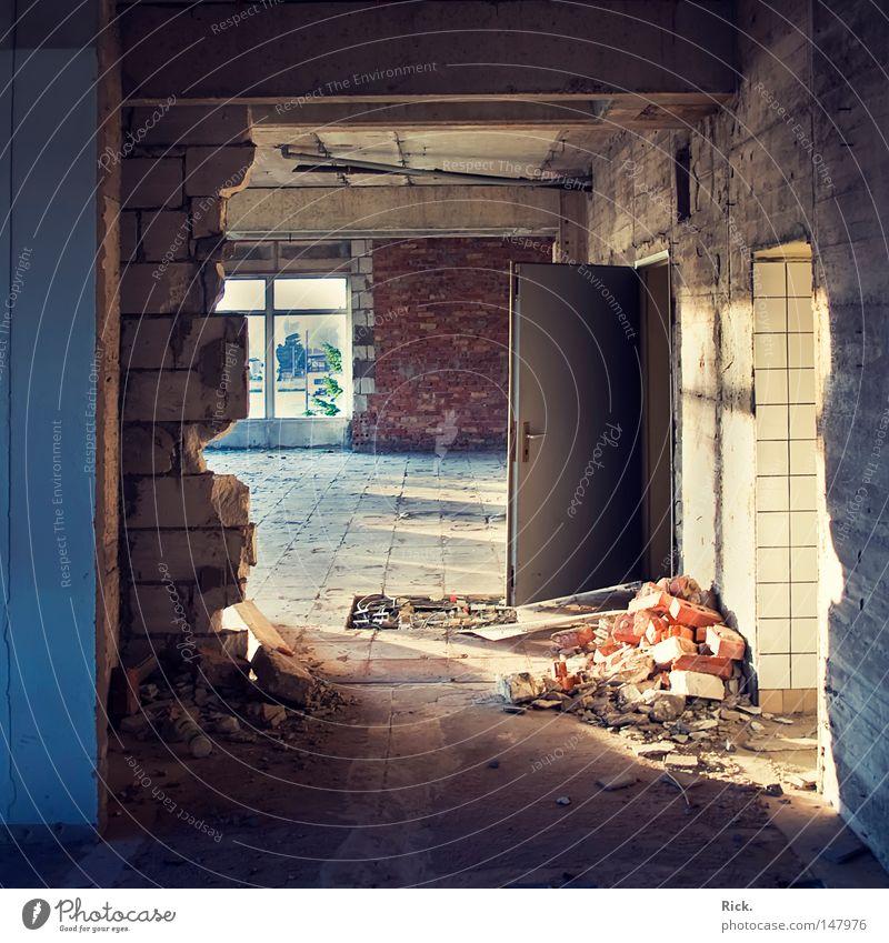 .Licht und Schatten Lichteinfall planen Kernschatten Mauer Backstein Beruf Demontage verfallen alt leer kaputt Fabrik Zerstörung verwüstet Türrahmen Griff weiß