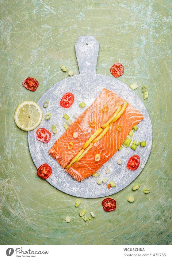 Frisches Lachsfilet mit Zitrone und Kochzutaten Lebensmittel Fisch Kräuter & Gewürze Ernährung Mittagessen Abendessen Festessen Bioprodukte