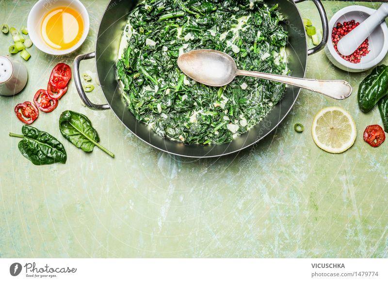 Spinat mit Sahnesauce mit Zutaten und Löffel Lebensmittel Gemüse Kräuter & Gewürze Öl Ernährung Mittagessen Abendessen Bioprodukte Vegetarische Ernährung Diät
