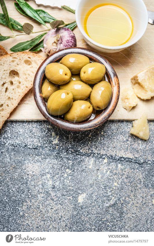 Oliven in der Schüssel mit Baguette,Öl und Käse Gesunde Ernährung Leben Stil Hintergrundbild Lebensmittel Design Tisch Kräuter & Gewürze Gemüse Bioprodukte Brot