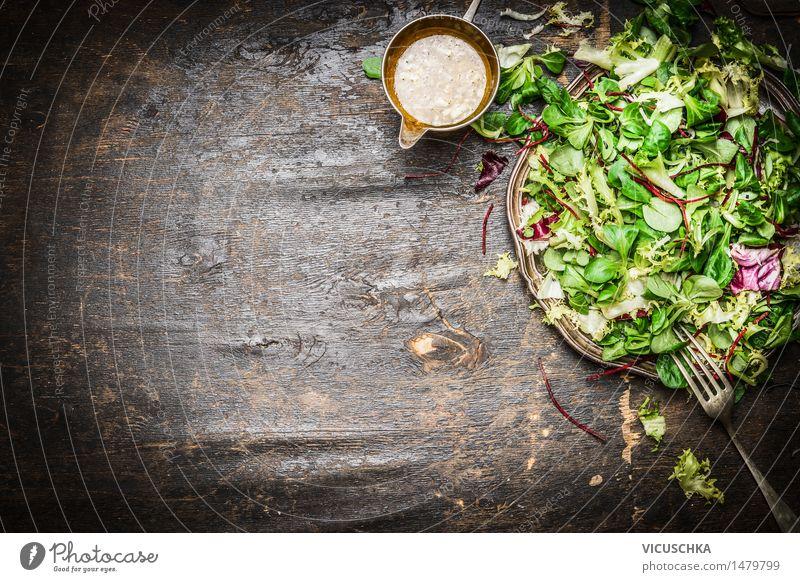 Frischer gemischter grüner Salat mit Öl -Dressing Lebensmittel Salatbeilage Kräuter & Gewürze Ernährung Mittagessen Abendessen Büffet Brunch Bioprodukte