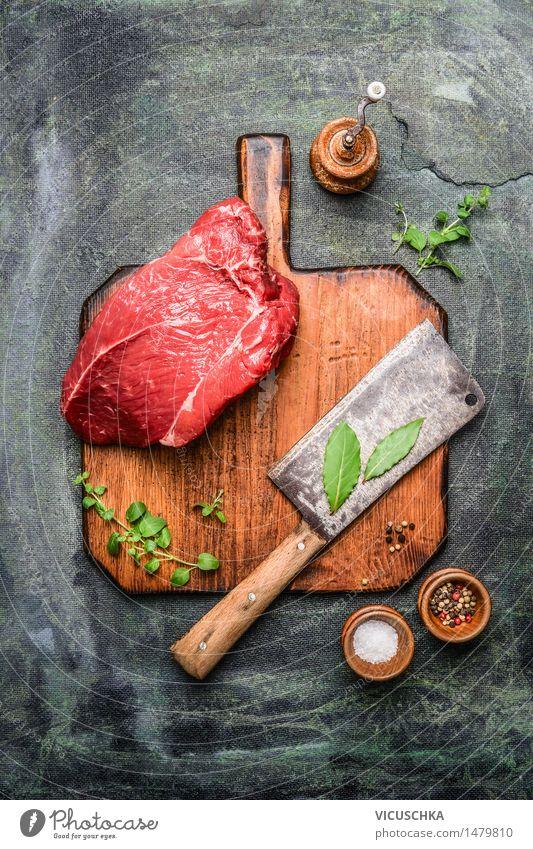 Stück Rindfleisch auf Schneidebrett mit Fleischerbeil Lebensmittel Kräuter & Gewürze Ernährung Mittagessen Abendessen Festessen Bioprodukte Messer