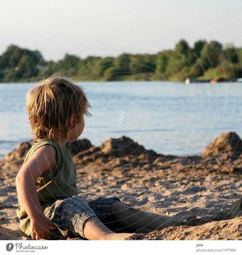 letzter tag am see Blick ruhig See Sand Junge Wasser sitzen Körperhaltung Wetter träumen Sehnsucht blond Mensch Ferien & Urlaub & Reisen Freizeit & Hobby Freude