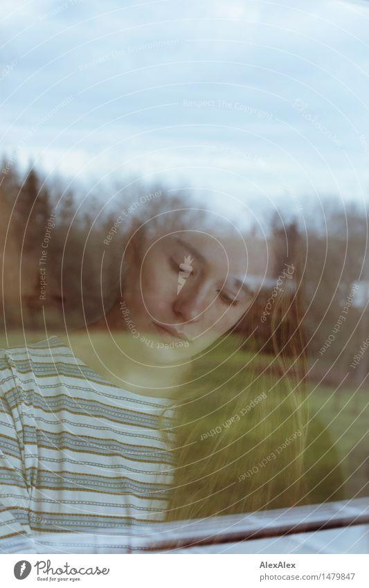 Kasiarium Wohnung Garten Fensterscheibe Junge Frau Jugendliche Gesicht 18-30 Jahre Erwachsene Landschaft Schönes Wetter Baum Streifenpullover brünett langhaarig