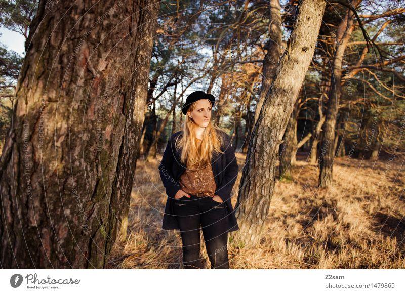 steht ein.......... Lifestyle elegant Stil feminin Junge Frau Jugendliche 30-45 Jahre Erwachsene Natur Landschaft Sonnenlicht Herbst Schönes Wetter Baum Gras