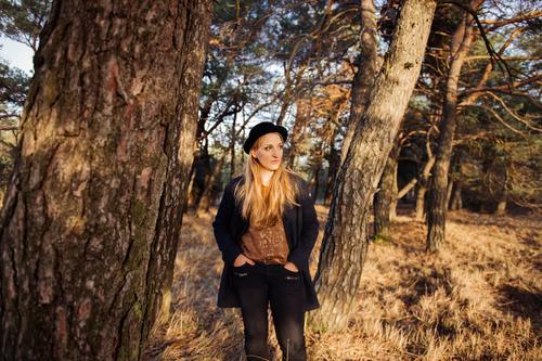 steht ein.......... Natur Jugendliche schön Junge Frau Baum Landschaft Wald Erwachsene Herbst Gras feminin Stil Lifestyle Mode träumen elegant