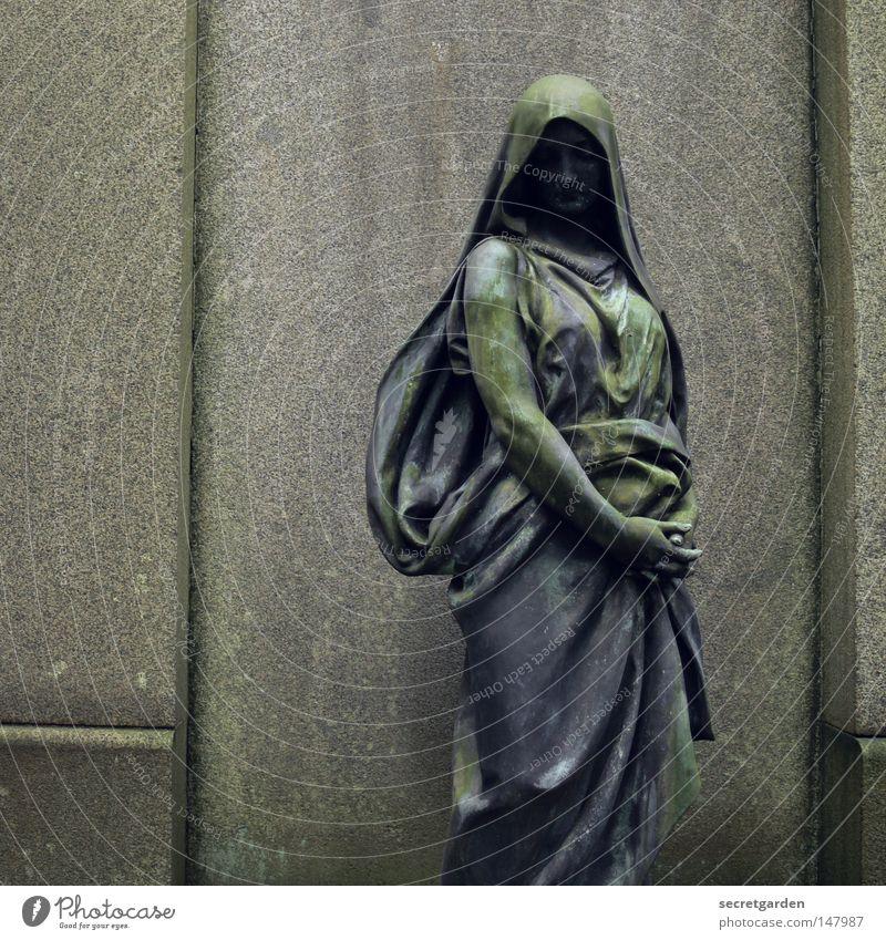 [HH08.4] gefaltet. Frau alt schön Einsamkeit ruhig Haus Winter dunkel Leben Traurigkeit Tod Mauer Religion & Glaube Stein Feste & Feiern hell