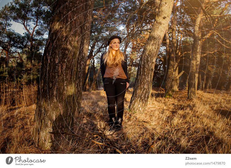 ..... steht im Walde ..... Lifestyle elegant Stil Junge Frau Jugendliche 18-30 Jahre Erwachsene Natur Landschaft Schönes Wetter Baum Mantel Stiefel Hut