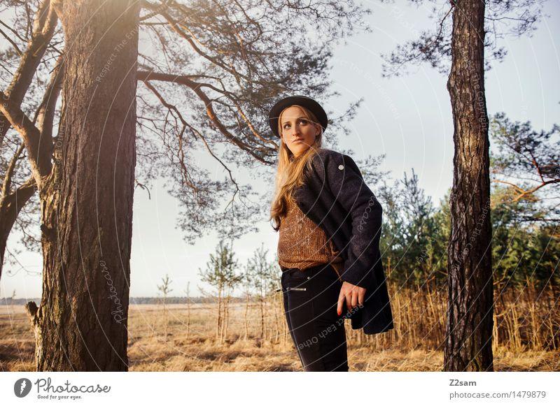 steht ein .... Lifestyle elegant Stil feminin Junge Frau Jugendliche 18-30 Jahre Erwachsene Natur Landschaft Herbst Schönes Wetter Baum Sträucher Wald Mantel