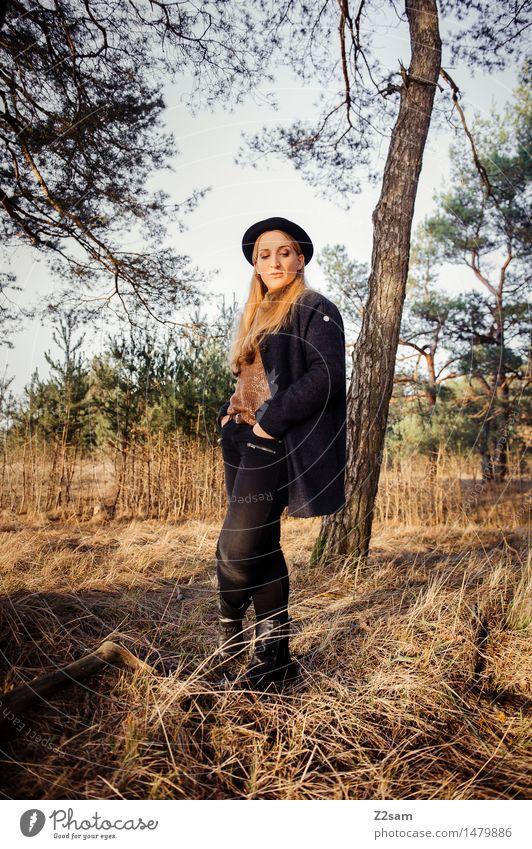 Steht ne Rockerin im Wald Natur Jugendliche schön Junge Frau Landschaft Einsamkeit ruhig Winter Erwachsene Herbst Gras feminin Stil Lifestyle Denken