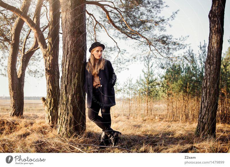 Allein auf weiter.... Natur Jugendliche Junge Frau Baum Sonne Landschaft ruhig Winter 18-30 Jahre Wald Erwachsene feminin Stil Lifestyle Mode träumen