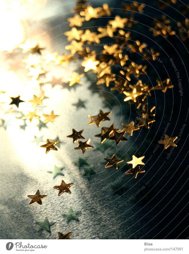 Viele kleine goldene glitzernde Sterne. Konzept Weihnachten und Advent. Winter Dekoration & Verzierung Feste & Feiern Gold hell blau Stimmung Glamour